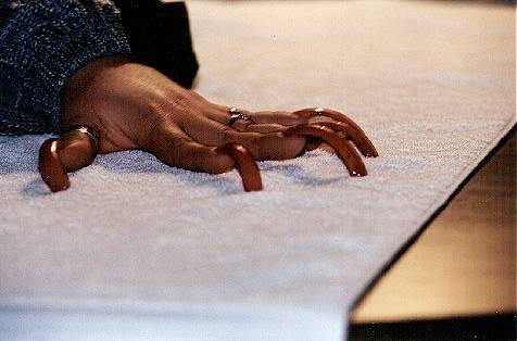 Закрученные длинные ногти