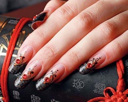Праздничный дизайн ногтей Дракон