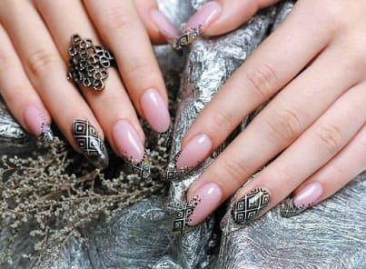 Фото дизайна ногтей с орнаментом