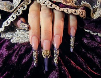 Дизайна ногтей с королевскими вензелями