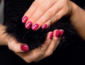 Красный гель-лак на ногтях