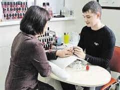 Мужчина - мастер по наращиванию ногтей